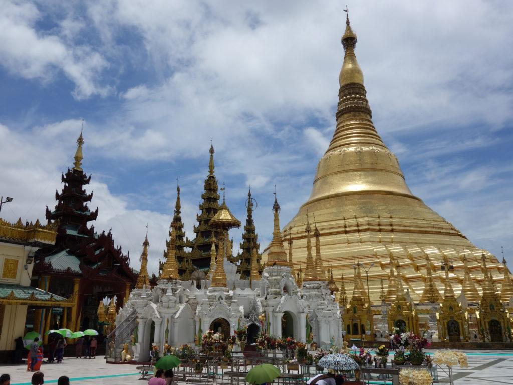 黄金に輝くシュエダゴン・パゴダ(ミャンマー)