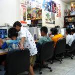 ゲームに興じる子どもたち(タイ)