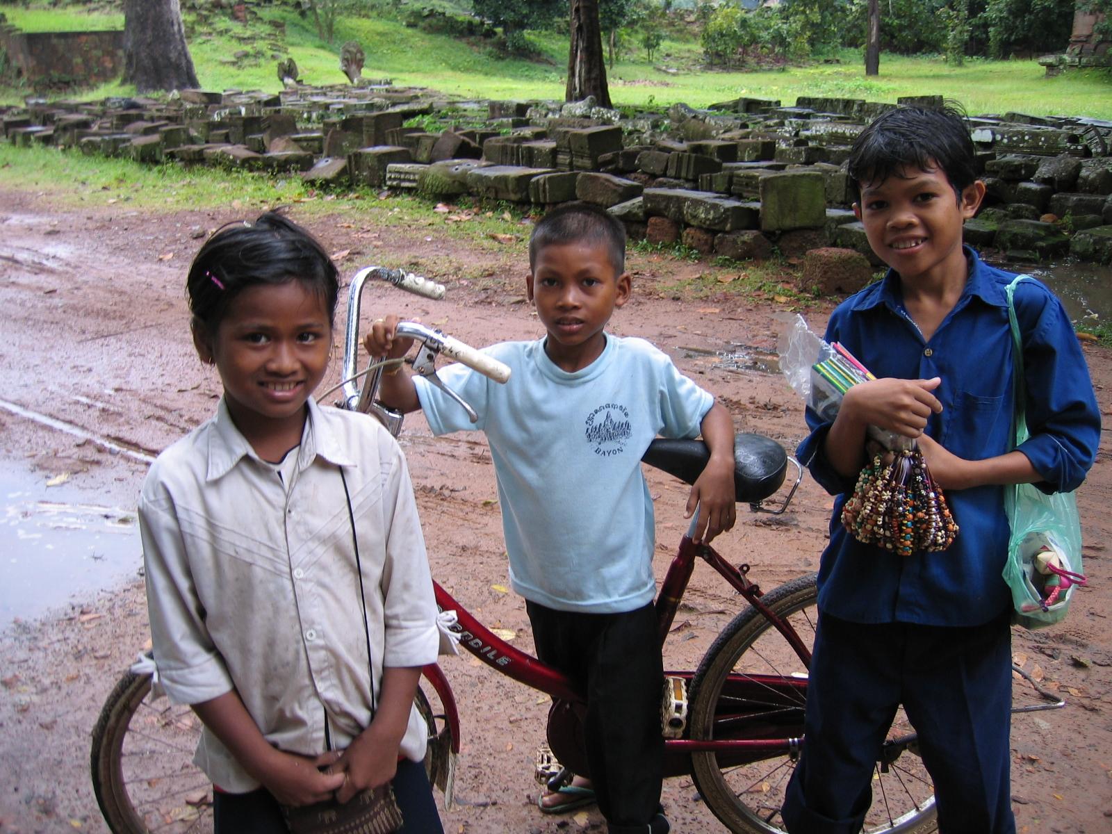 土産物を売る子どもたち(カンボジア)