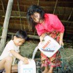 井戸で水を汲む少女(ラオス)