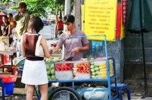 果実を食べて灼熱の暑さを乗り切る(タイ)