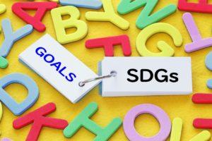 教室における国連広報センターのチラシやSDGsロゴの掲示例